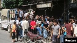 Hələb, sakinlər ərzaq növbəsində, 11 avqust, 2011-ci il