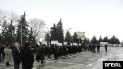Около 200 человек - земляки и родственники убитого депутата - с плакатами вышли к Дому правительства и потребовали объяснений от руководителей силовых ведомств и руководства республики