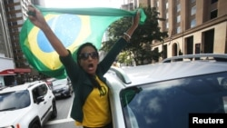 Braziliya prezidentinin tərəfdarı sosial məsafə qaydasına etiraz edir