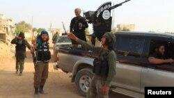 """مسلحين من """"داعش"""" خارج إدلب السورية"""