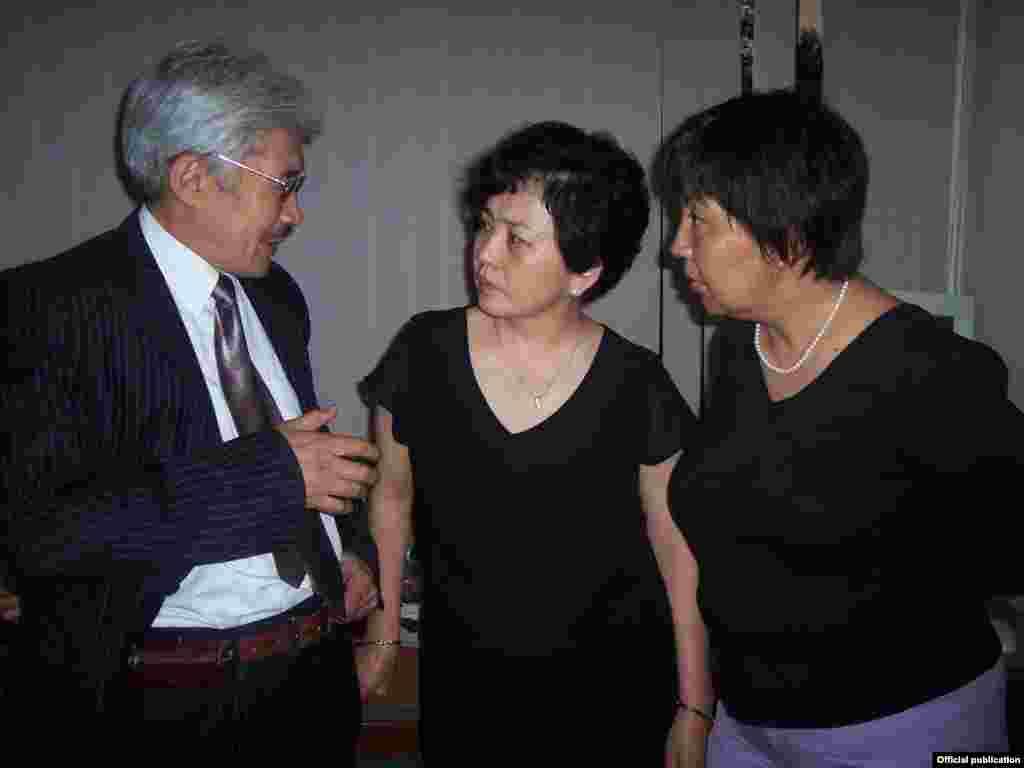 Правозащитник, бывший омбудсмен Турсунбек Акун, Бюбюкан Досалиева и журналистка Толкун Наматбаева.