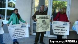 Протестувальники біля будівлі 1-ї міської лікарні в Севастополі, 30 жовтня 2015 року