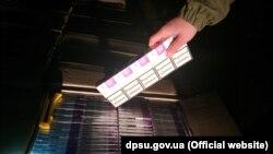 За даними ДПСУ, правоохоронці вилучили майже 90 тисяч цигарок із підробленими акцизними марками