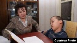 Приходящая на дом учительница дает урок Асанали Дуйсенову, 10-летнему мальчику из города Уральска. Май 2011 года.