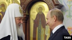 Патриарх Московский и всея Руси Кирилл (слева) и президент России Владимир Путин во время встречи в мае 2016 года.
