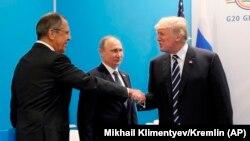 Президент США Дональд Трамп (п) вітається з міністром закордонних справ Росії Сергієм Лавровим (л), саміт «Групи двадцяти», Гамбург, липень 2017 року