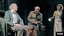 """Изиль Заблудовский (слева) в спектакле БДТ """"Черная комедия"""""""