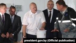 Аляксандар Лукашэнка на рыбнай фэрме, архіўнае фота