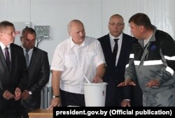 Олександр Лукашенко відвідує Лохвинську форелеву ферму у серпні 2019 року