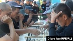 Участники спартакиады среди осужденных учреждения ИЧ-167/3 играют в шахматы, 29 июля 2015 года.