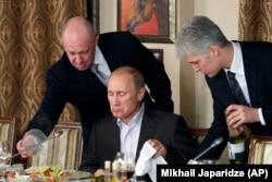 Евгений Пригожин (слева) и Владимир Путин на приеме в Кремле, ноябрь 2011 года