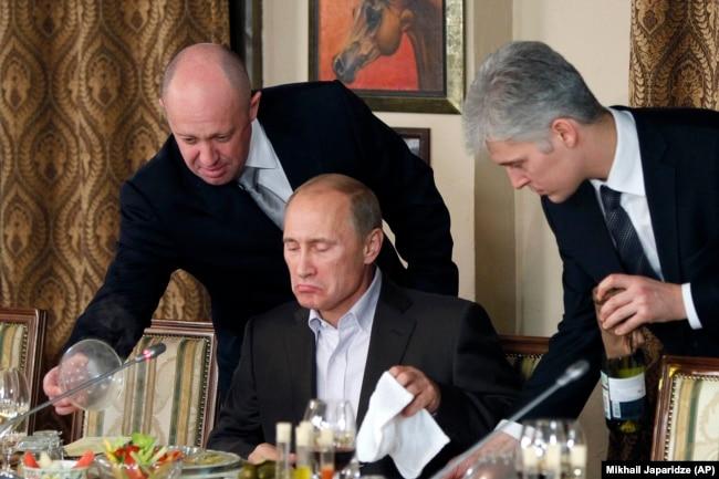 """""""Некоторые любят погорячее"""". Владимир Путин на ужине в подмосковном ресторане, принадлежащем бизнесмену Евгению Пригожину (слева), которого связывают с деятельностью """"фабрики троллей"""" и частных военных компаний"""