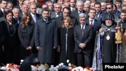 """Армения президенті Серж Саркисян мен үкімет мүшелері, католик діндарлары """"Геноцидті еске алу күнінде"""". Армения, Ереван, 24 сәуір 2009 жыл."""