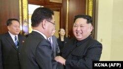 Түндүк Кореянын лидери Ким Чен Ын жана Түштүк Кореянын делегация башчысы Чон Ый Ён. 5-март, 2018-жыл. Пхеньян.