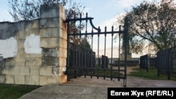 Бетон просел и ворота висят на петлях