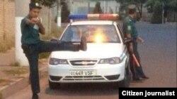 Өзбекстандык милиционердин интернетке тараган сүрөттөрүнүн бири.