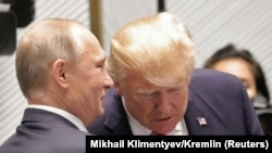 Президент России Владимир Путин и президент США Дональд Трамп (справа) на саммите АТЭС во Вьетнаме. Дананг, 11 ноября 2017 года.