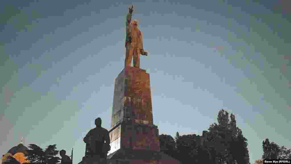 В ста метрах от собора – наследие советского прошлого, памятник Ленину. С четырех сторон его «охраняют» скульптуры рабочих и солдат