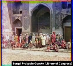 Мужчины возле исламской школы в Самарканде