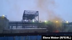 Клубы дыма, поднимающиеся над предприятием металлургического комбината «АрселорМиттал Темиртау».