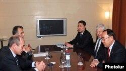 Глава непризнанной «НКР» Бако Саакян (слева) встречается с действующим председателем ОБСЕ Канатом Саудабаевым (справа), Ереван,16 февраля 2010 года