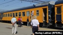 Люди у поезда сообщением Алматы-2 – Казыбек-бек. Алматы, 16 августа 2017 года.