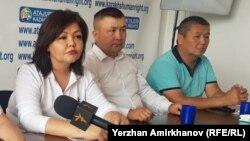 Адвокат Айман Умарова на пресс-конференции рядом с участником незарегистрированного движения «Атажұрт еріктілері» Бекзатом Максутханулы.