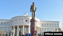 Памятник Исламу Каримову в Ташкенте