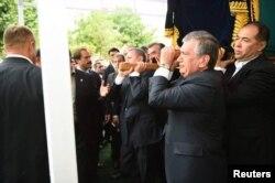 Өзбекстанның бұрынғы президенті Ислам Каримовтің табытын көтерісіп келе жатқан премьер-министр Шавкат Мирзияев. 2016 жылдың қыркүйегі.