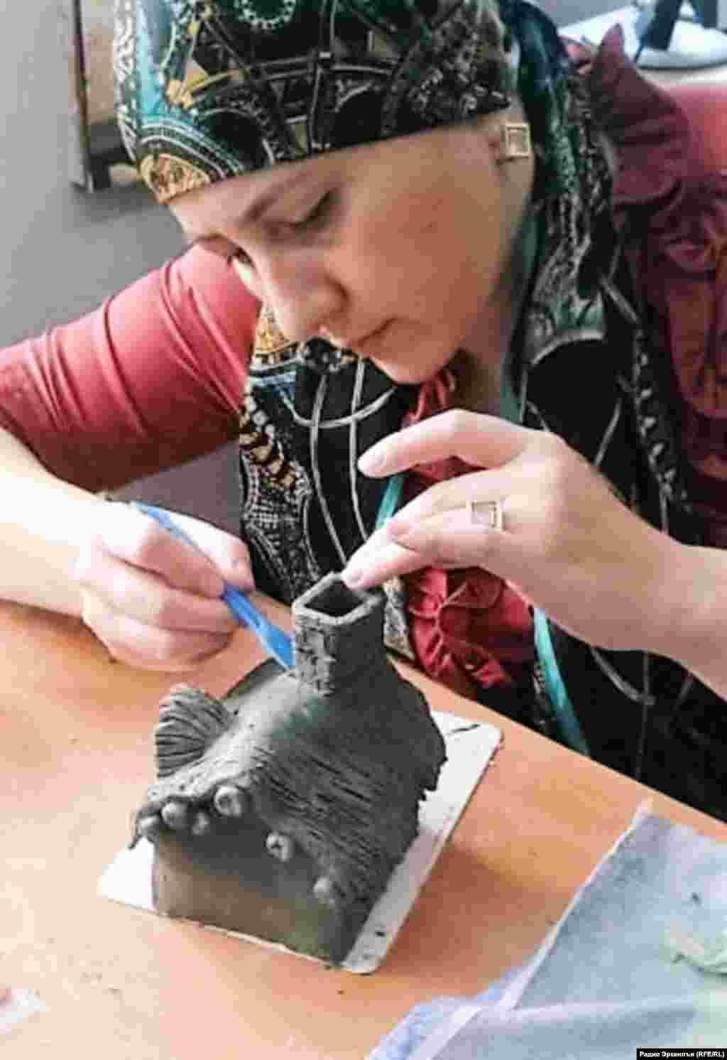 Гончарное дело зародилось в Дагестане еще в шестом тысячелетии до нашей эры. Со временем увлечение керамикой превратилось в народный промысел. Занимались им в основном женщины