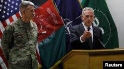 აშშ-ის თავდაცვის მინისტრი ჯეიმს მატისი (მარჯვნივ) და ჯონ ნიკოლსონი, აშშ-ის სამხედრო ძალების სარდალი ავღანეთში