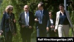 Жан-Ив Ле Дриан (второй слева) и Хайко Мас (третий слева) на прогулке в Берлине, 7 мая 2018