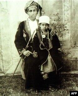سلطان قابوس در کودکی در کنار پدرش سلطان سعید