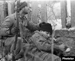 Майдан шебіндегі армян сарбаздары. Таулы Қарабақ, 1989 жыл.