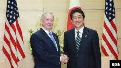 Sekretari amerikan i mbrojtjes, Jim Mattis gjatë takimit me kryeministrin japonez,Shinzo Abe në Tokio