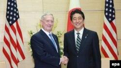 Jim Mattis (solda) və Yaponiyanın baş naziri Shinzo Abe, Tokyo, 3 fevral 2017