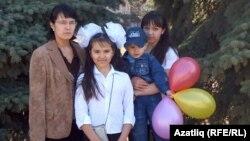Венера Гәрәева олы кызы Илзирә, кече кызы Шамилә һәм улы Солтан белән