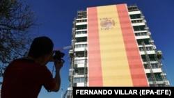 Velika zastava Španjolske na fasadi zgrade u Madridu