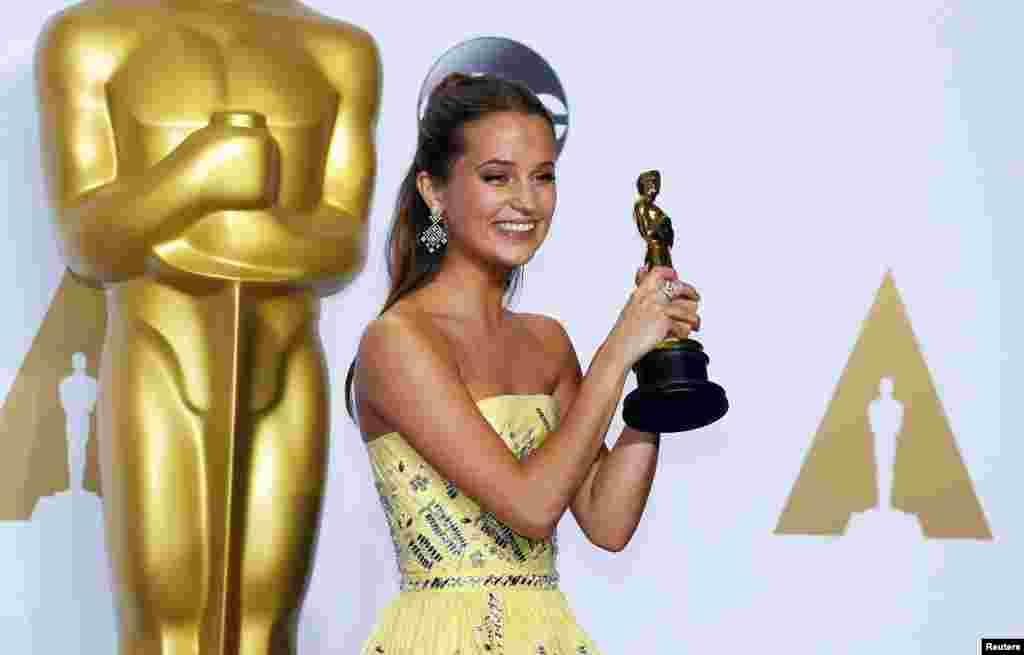 آلیشا ویلکاندر برای فیلم «دختر دانمارکی» اسکار نقش مکمل زن را دریافت کرد
