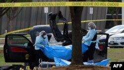 ԱՄՆ - Իրավապահները տեղափոխում են սպանված զինյալների մարմինները, Դալաս, 4-ը մայիսի, 2015թ․