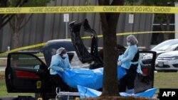 محققون أميركيون ينقلون جثة أحد المسلحيْن من موقع هجوم تكساس