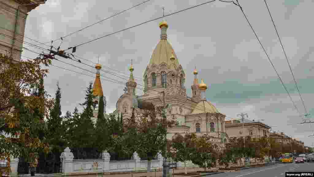 Алея молодих дерев біля православного Покровського собору чекає на реконструкцію