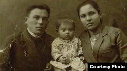 Джевар Нурсеїтова, чоловік Абляміт і син Кязим. Маяк-Салинський район Кримської АРСР, 18 грудня 1940 року