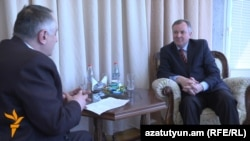 Посол Украина Иван Кухта (справа) дает интервью Радио Азатутюн, Ереван, 23 апреля 2013 г.