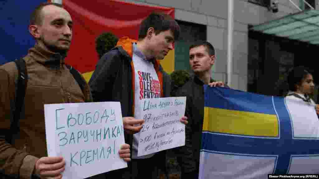 Участники акции развернули Военно-морской флаг Украины, напоминая о моряках, задержанных российской ФСБ в водах Черного моря в конце прошлого года