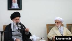 Ali Khamenei (solda) və Ahmad Jannati
