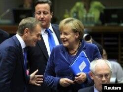 Прем'єр-міністр Польші Дональд Туск (зліва) спілкується у Брюсселі з лідерами країн єврозони. 26 жовтня 2011 року