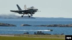 Финский истребитель F\A-18 Hornet в норвежском аэропорту Будё. 26 мая 2015 года