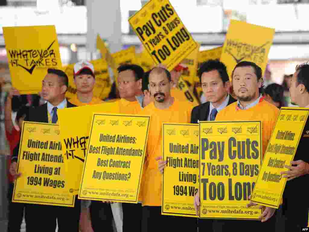 Супрацоўнікі амэрыканскай авіякампаніі United Airlines у аэрапорце Ганконгу з патрабаваньнямі лепшага заробку і умоваў працы.