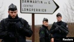 Даммартен-ен-Гоэльдегі күдіктілер жасырынған маңда жүрген полицейлер. Франция, 9 қаңтар 2015 жыл.